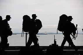 Silhouette di soldati