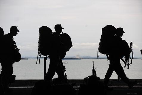 Silhuett av soldater