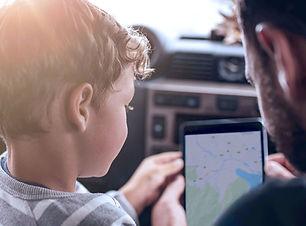 Far og søn ved hjælp af GPS