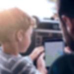 Pai e filho usando GPS