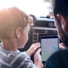 Père et fils utilisant le GPS