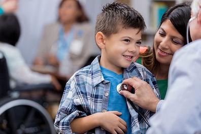 Niño visitando al doctor