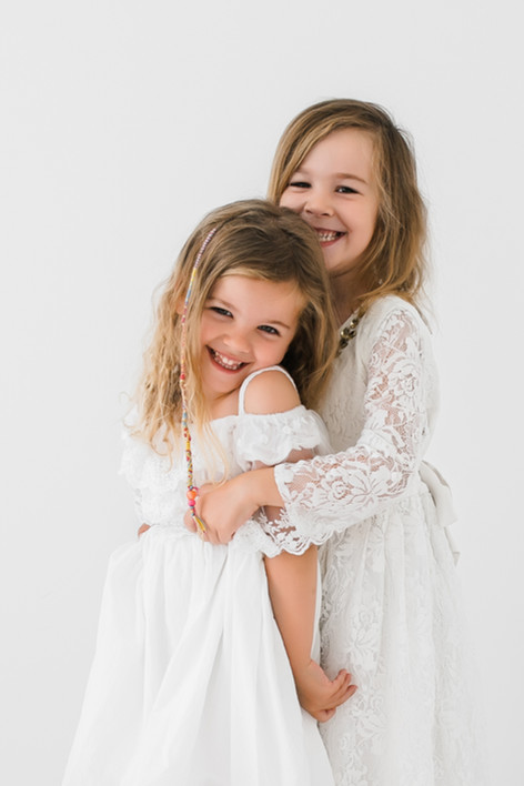 meninas de vestido branco