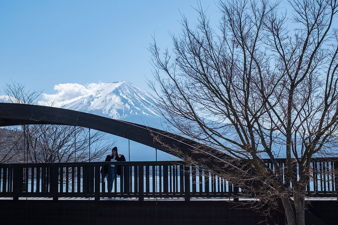 富士山に重なる橋の風景
