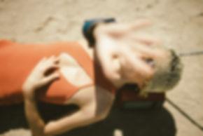 Mulher na praia de óculos