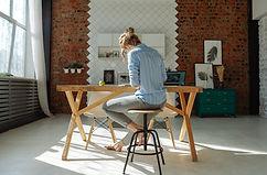 木製のテーブルで働く