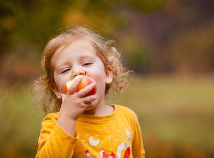 Linda chica comiendo manzana