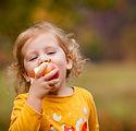 Ragazza carina che mangia mela