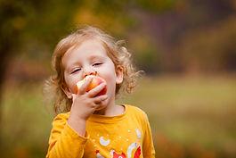 Jolie fille mange une pomme