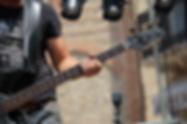 ベースギターを弾くミュージシャン