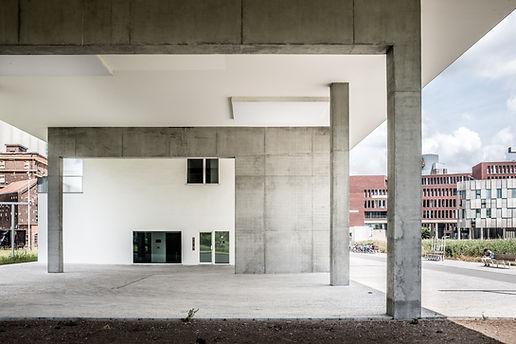 콘크리트 빌딩 입구