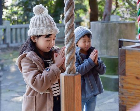 願い事をする子供たち