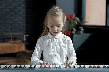 Fille en classe de piano