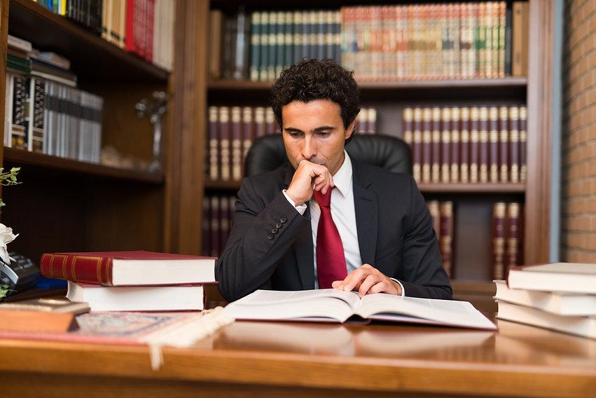 Advogado pensando