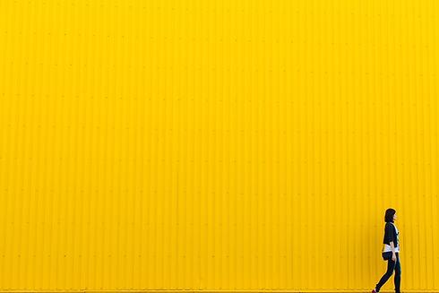 Gele tinnen muur