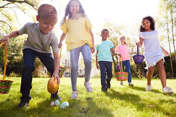 Enfants faisant la chasse aux œufs de Pâ