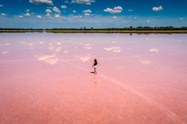 Caminando sobre agua rosada