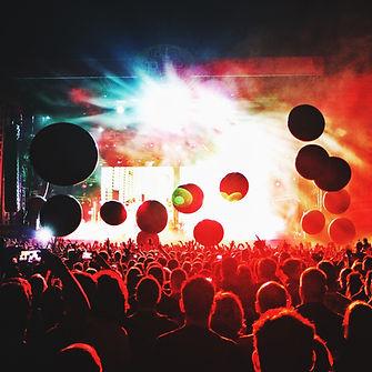 Multitud de conciertos iluminados