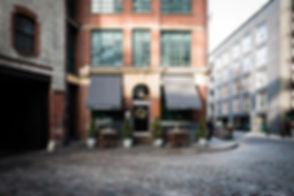 Restaurant Eingang in einem Backsteinhaus in der Stadt