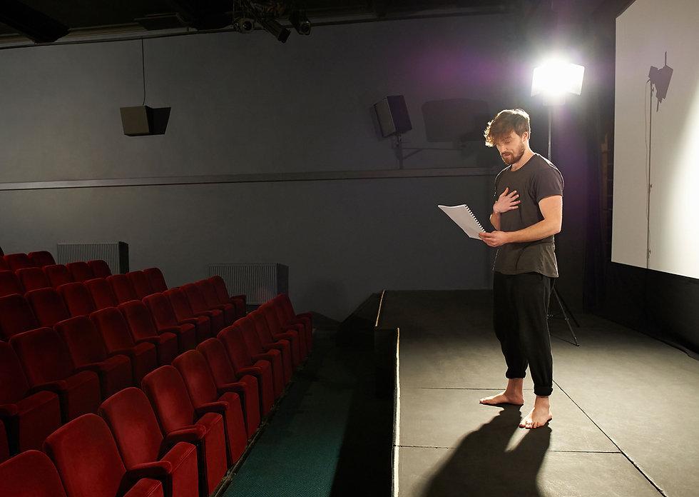 Schauspieler bei Proben auf der Bühne