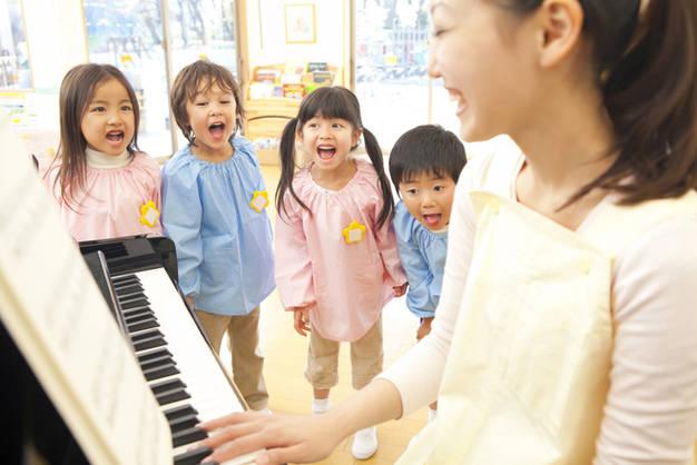 ピアノを弾く先生
