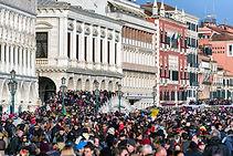 Folla in piazza
