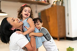 Mãe e filhos felizes