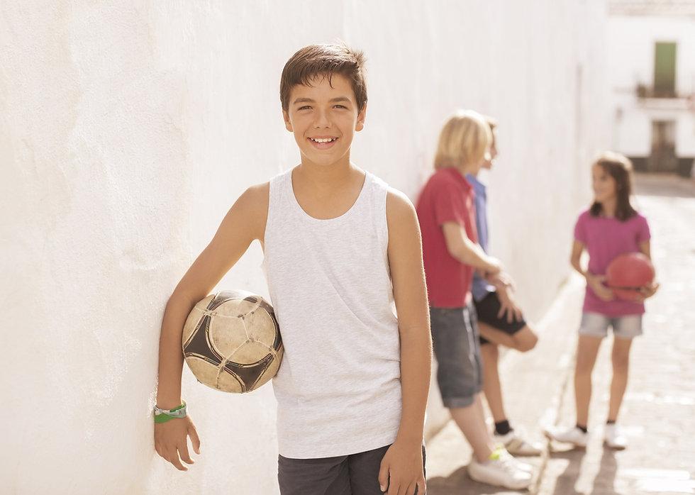 Niño con balón de fútbol