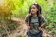 森を散策するバックパッカー