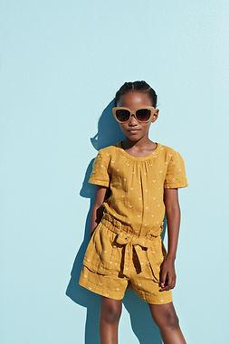 Fille cool avec des lunettes de soleil