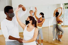 Clase de baile de salón con máscaras