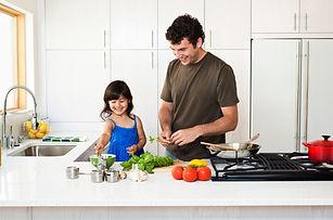Père et fille cuisine