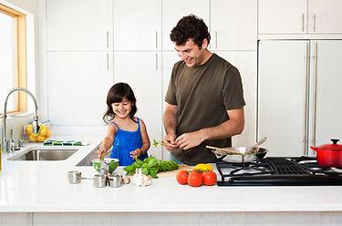 Padre e hija cocinando