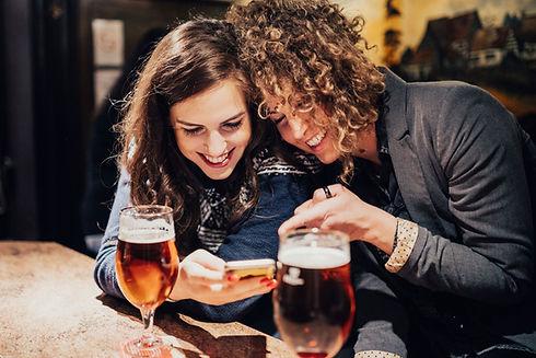 Freunde, die Bier genießen