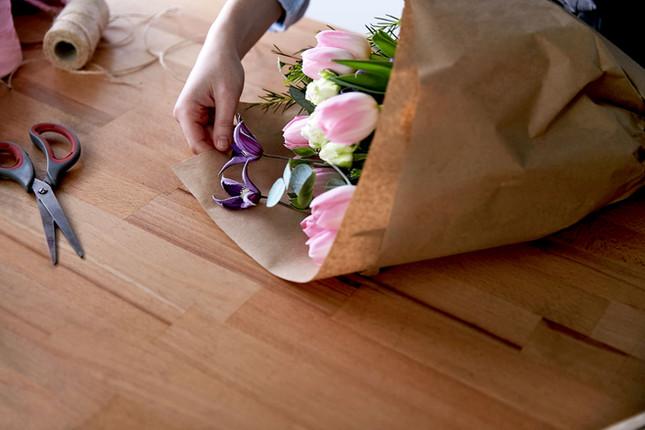 Fleuriste faisant un bouquet de fleurs