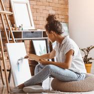 Mulher no ateliê de pintura