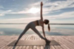 Séance de yoga face à la mer