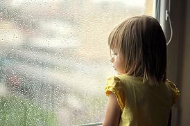 雨の日の少女