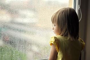 Fille un jour de pluie