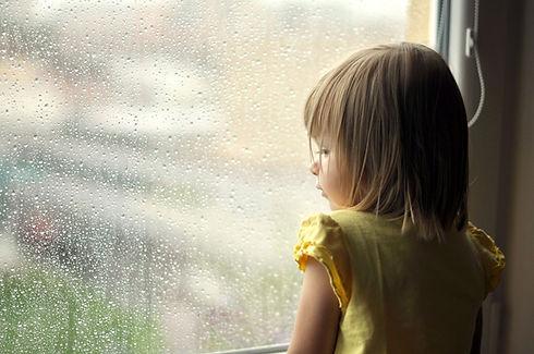 Meisje op een regenachtige dag