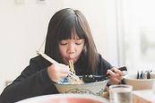 麺を食べる