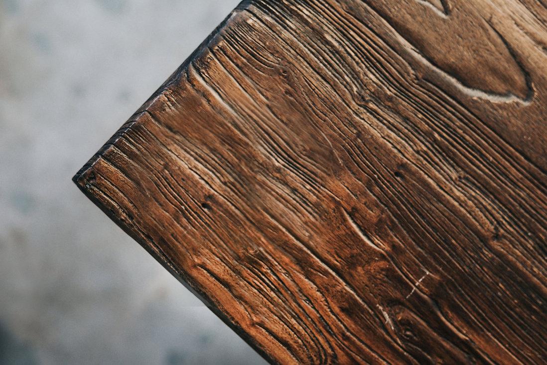 木製テーブルのコナー