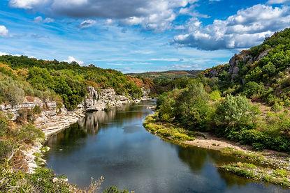 Rivière entournée d'un paysage verdoyant