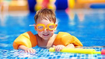 Bébé mignon dans la piscine