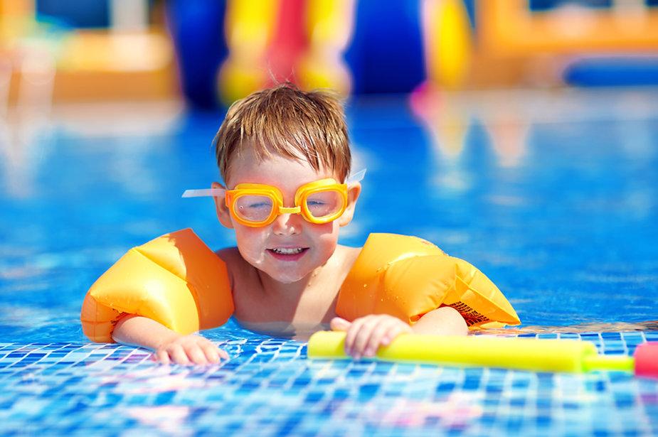 Bebê fofo na piscina