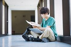 勉強する男子大学生