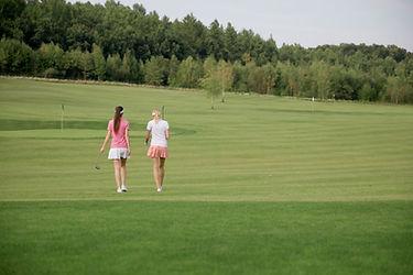 女性ゴルファーの後姿