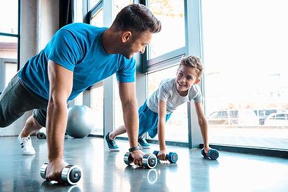 Homme et enfant utilisant des haltères