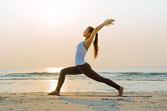 Étirement de yoga face à la mer
