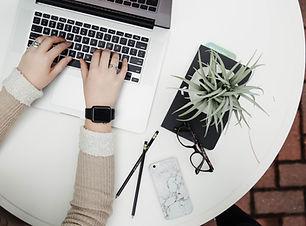 ノートパソコンと植物